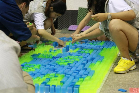Building pictures with dominoes